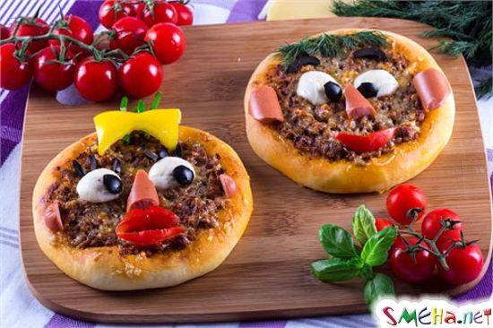 Пиццу обычно делают из того, что есть в холодильнике... Заглянула в свой... Бутылка коньяка и лимон... Как-то настораживает меня эта пицца...